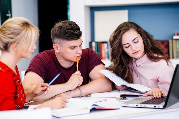 Jovens, estudar, usando, laptop