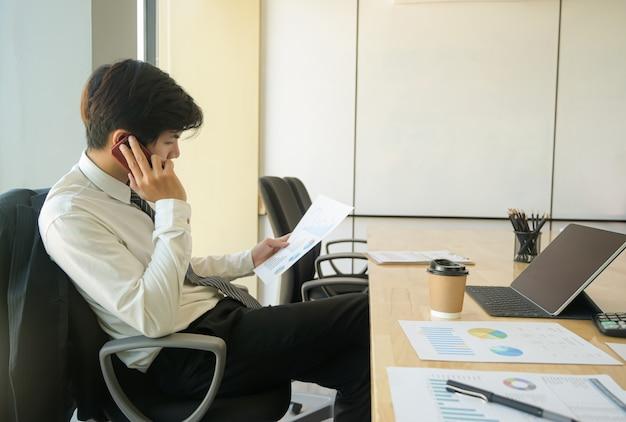 Jovens executivos estão ligando para verificar os relatórios de desempenho da organização.