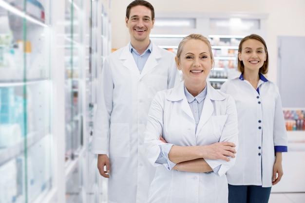 Jovens farmacêuticos trabalhando em uma drogaria