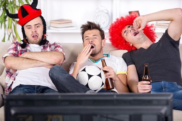 Jovens fãs adormeceram enquanto assistiam a um jogo de futebol.