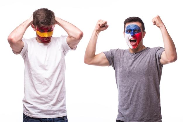 Jovens fãs de futebol checos e espanhóis isolados em uma parede branca