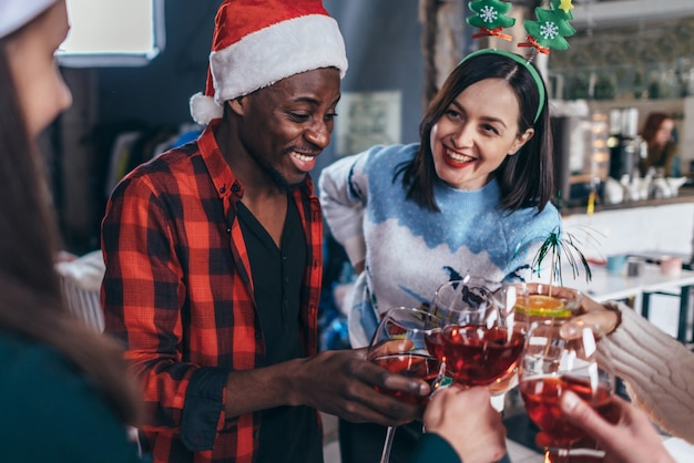 Jovens felizes com óculos celebrando o natal