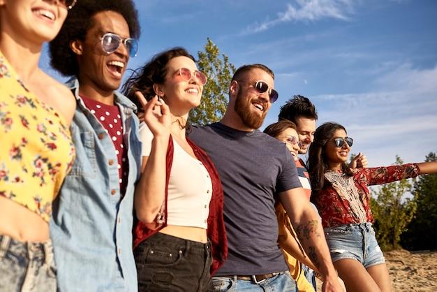 Jovens felizes em uma fileira ao ar livre