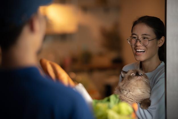 Jovens ficam em casa com gato