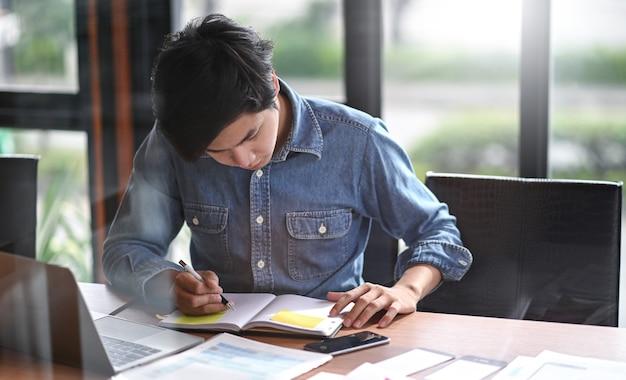 Jovens freelancers encontram informações para novos projetos e fazem anotações para seus clientes.