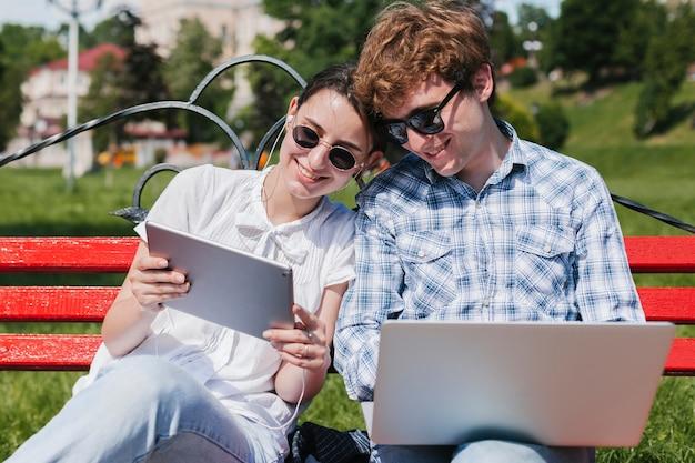 Jovens freelancers trabalhando no parque