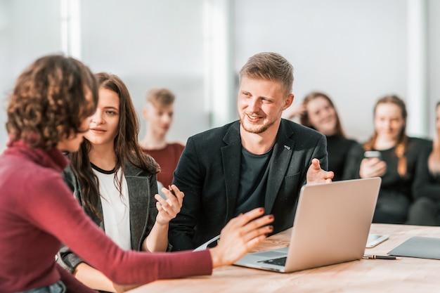 Jovens funcionários discutindo questões de trabalho no local de trabalho. conceito de negócios