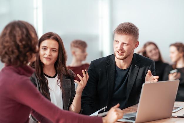 Jovens funcionários discutindo questões de trabalho no local de trabalho