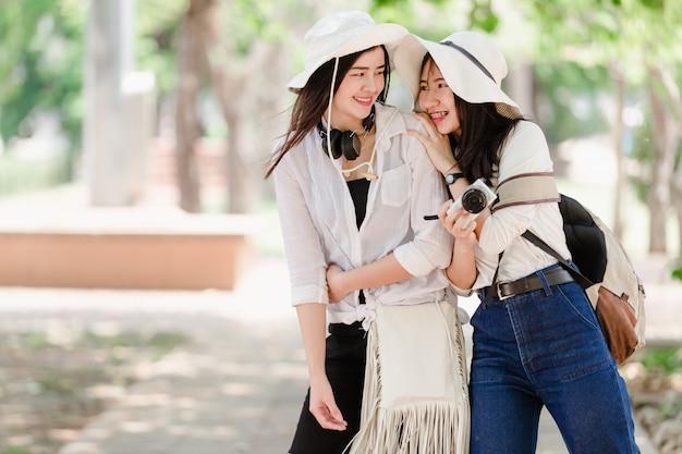 Jovens garotas asiáticas e amigos viajante na cidade