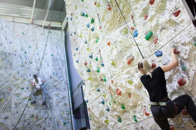 Jovens garotas desportivas praticando escalada.