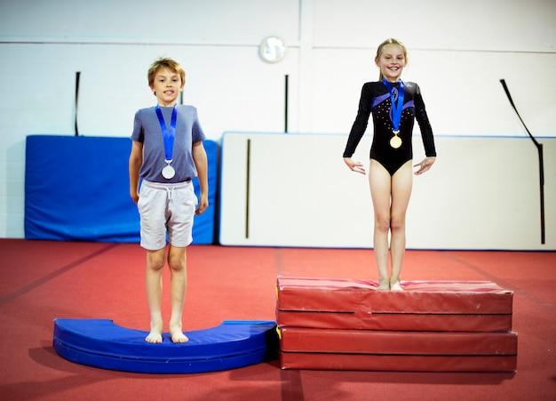 Jovens ginastas com suas medalhas