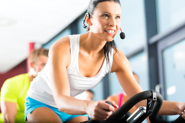 Jovens girando no ginásio de fitness