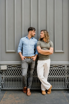Jovens homens bonitos posando juntos
