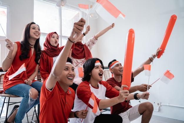 Jovens indonésios comemorando o dia da independência nacional vestindo vermelho e branco