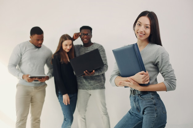 Jovens internacionais trabalhando juntos e usam o laptop