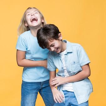 Jovens irmãos dando uma boa risada