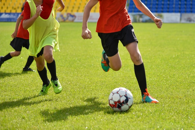 Jovens jogadores de futebol jogam futebol no estádio