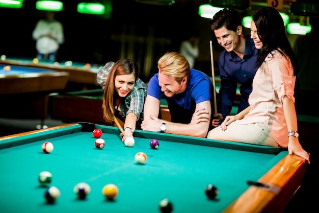Jovens jogando sinuca