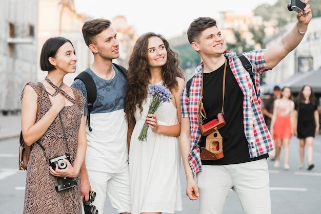 Jovens, levando, selfie, câmera