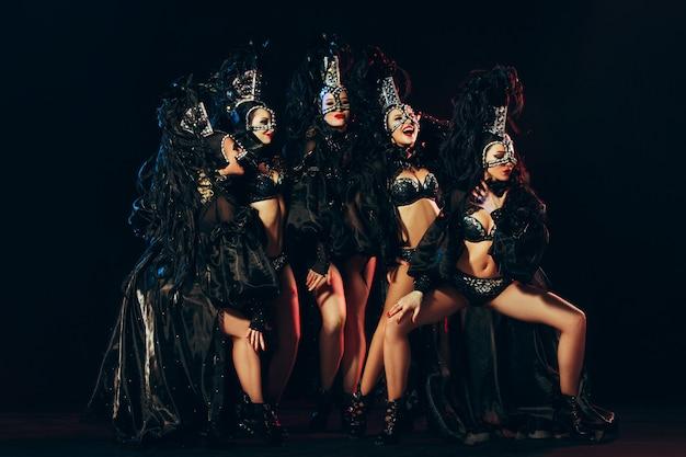 Jovens lindas dançarinas posando no fundo do estúdio