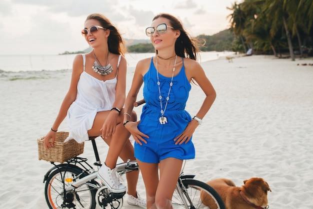 Jovens lindas garotas hipster se divertindo na praia