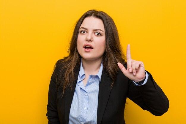 Jovens mais mulher de negócios caucasiano tamanho tendo uma idéia, conceito de inspiração.