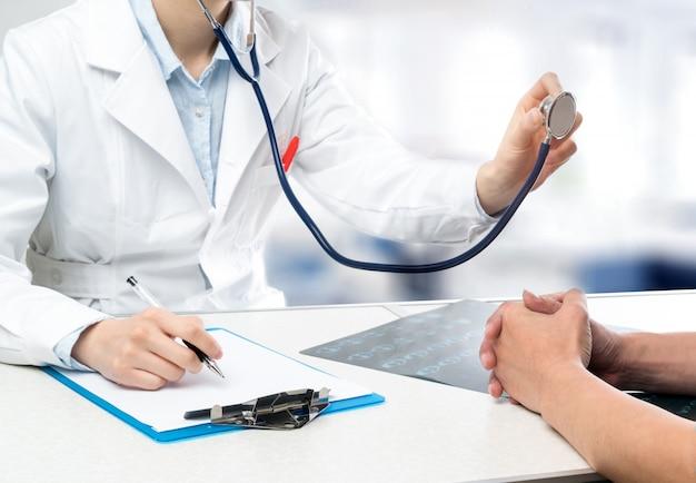Jovens médicos do sexo feminino diagnosticam pacientes com estetoscópios