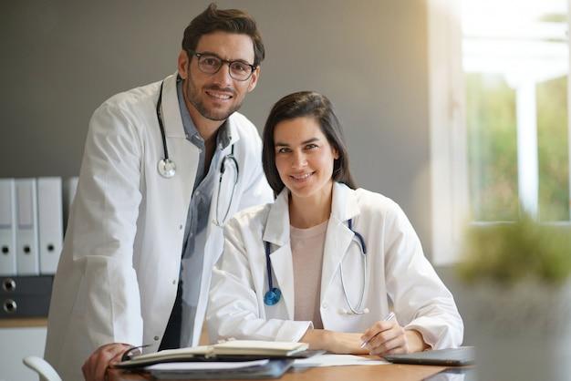 Jovens médicos em jalecos sorrindo
