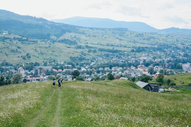 Jovens mochileiros descendo das montanhas