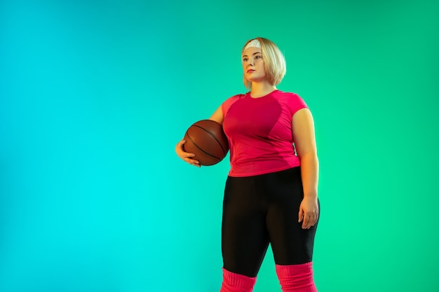 Jovens modelos femininas caucasianos plus size treinando em verde gradiente