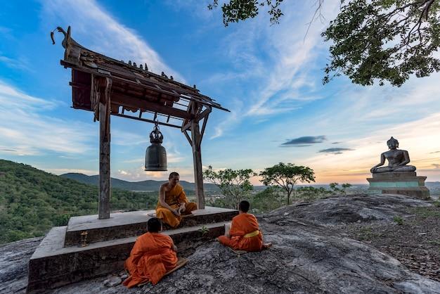 Jovens monges novatos aprendendo