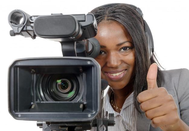 Jovens mulheres afro-americanas com câmera de vídeo profissional
