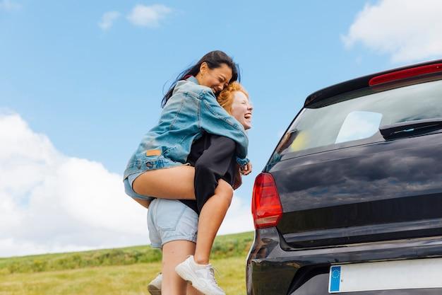 Jovens mulheres alegres se divertindo na zona rural