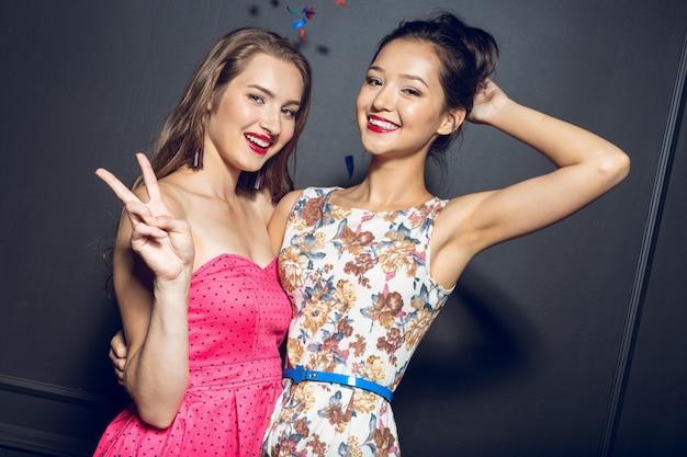 Jovens mulheres bonitas alegres que têm o partido