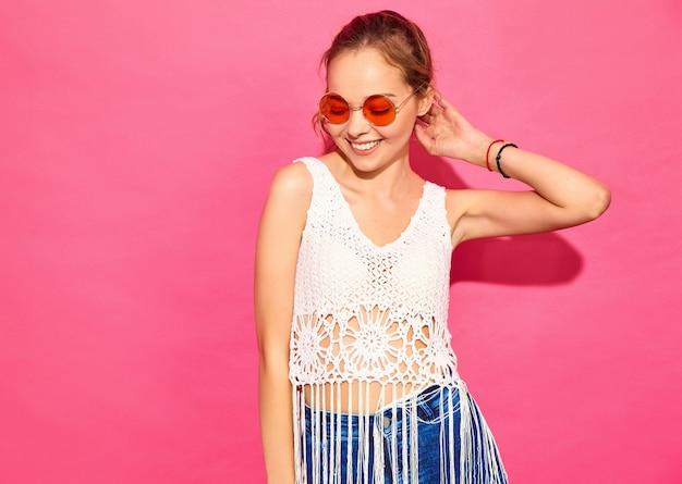 Jovens mulheres bonitas. mulheres na moda em roupas de verão casual. linguagem corporal de expressão facial de emoção feminina positiva. modelo engraçado isolado na parede rosa