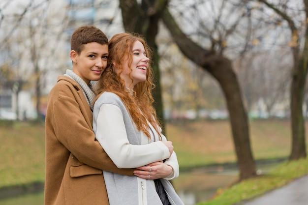 Jovens mulheres bonitas que abraçam-se
