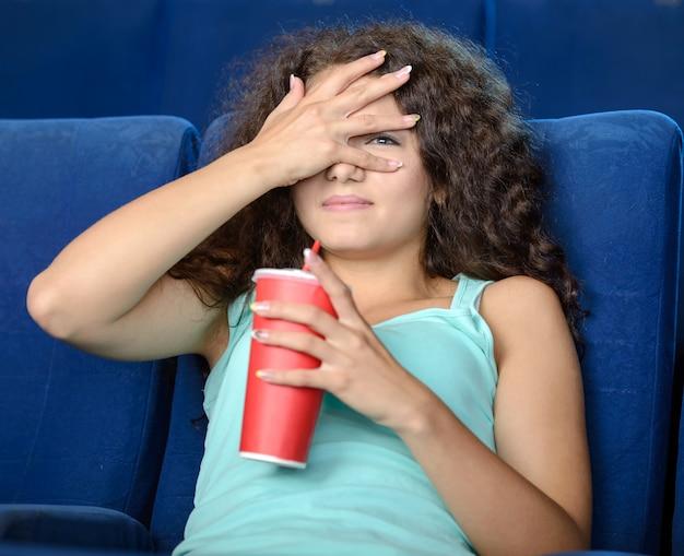 Jovens mulheres bonitas que bebem a soda.