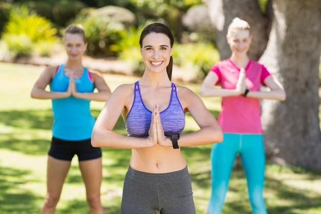 Jovens mulheres bonitas que exercitam