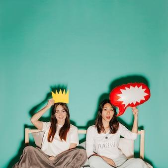 Jovens mulheres com coroa e balão de discurso