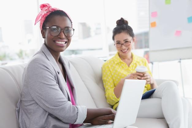 Jovens mulheres criativas no sofá