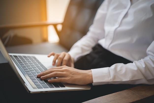 Jovens mulheres de negócios trabalhando com laptop no café, conceito de negócio