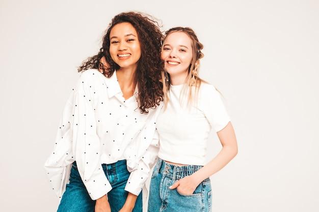 Jovens mulheres despreocupadas posando em estúdio