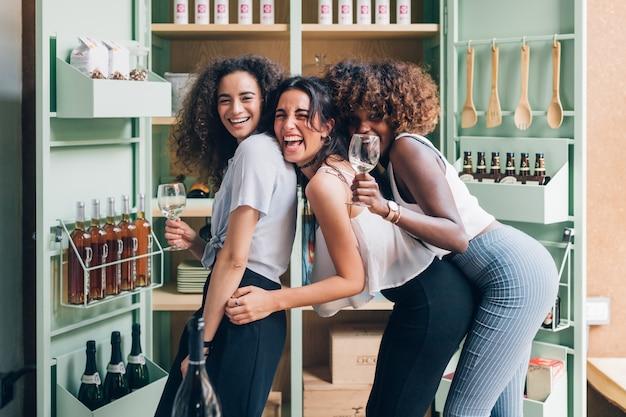 Jovens mulheres interior bebendo depois do trabalho