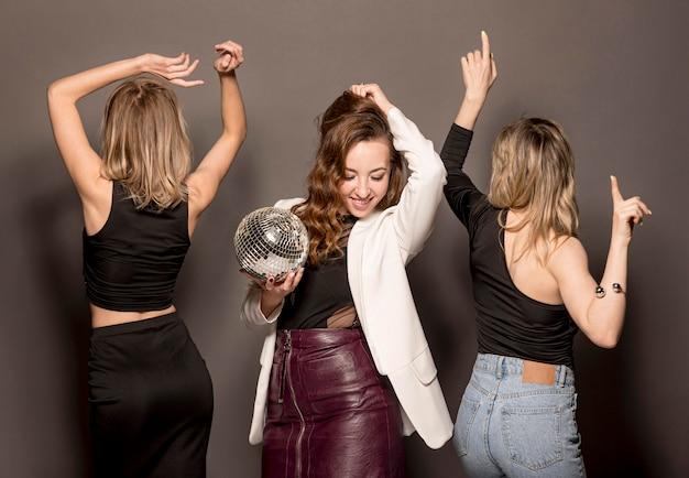 Jovens mulheres na festa dançando