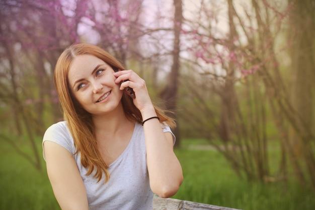 Jovens mulheres que falam em um telefone celular.