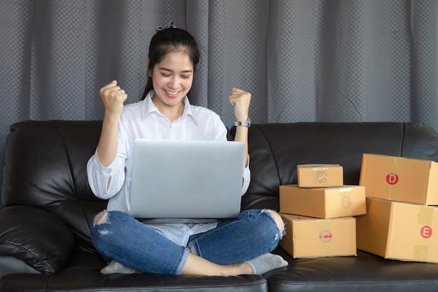 Jovens mulheres se deliciaram com o sucesso das vendas on-line.