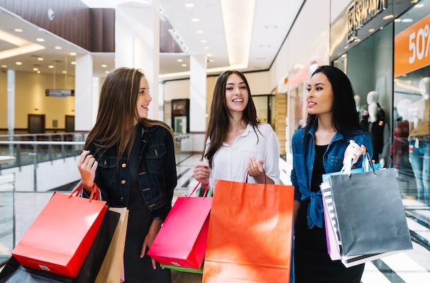 Jovens mulheres se divertindo no shopping