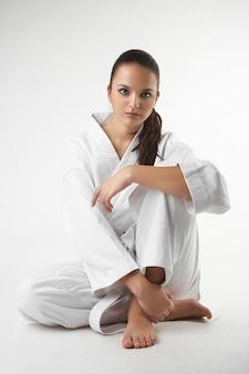 Jovens mulheres sexy atraentes em uma pose de karatê