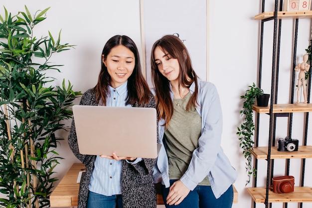 Jovens multirraciais com laptop