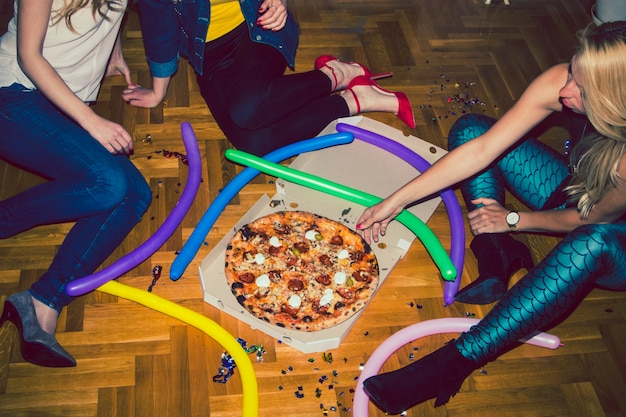 Jovens na festa de pizza